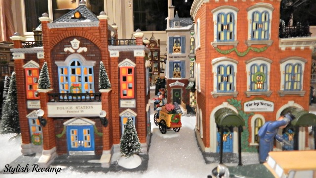 Christmas in the City Dept 56 Ivy Terrace & Police Station
